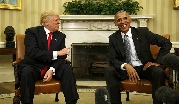 U.S. President Barack Obama meets with President-elect Donald Trump (L) to discuss transition plans in the White House Oval Office in Washington, U.S., November 10, 2016.  REUTERS/Kevin Lamarque