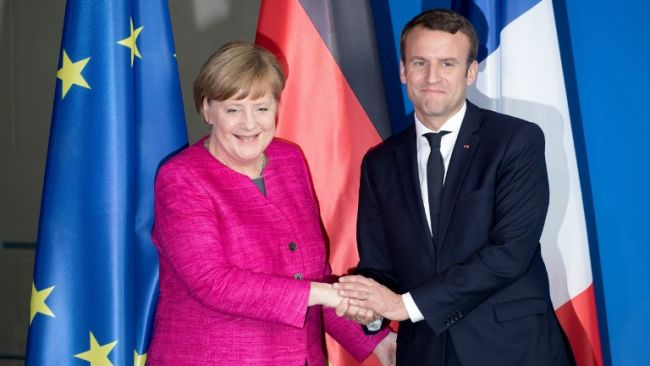 French President Emmanuel Macron (R) and German Chancellor Angela Merkel (L) shake hands after a press conference in Berlin, Germany, 15 May 2017. Photo: Kay Nietfeld/dpa