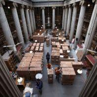 Φωτογραφία που δόθηκε στη δημοσιότητα στις 30 Ιανουαρίου 2018 δείχνει το χώρο του Αναγνωστηρίου κατειλημμένο από τροχήλατες βιβλιοθήκες όπου εγκιβωτίζονται με ασφάλεια τα εκατοντάδες χιλιάδες τεκμήρια της Εθνικής Βιβλιοθήκης, Αθήνα, τη Δευτέρα 22 Ιανουαρίου 2018. Μετά από τρία χρόνια εντατικής προετοιμασίας για την ιστορική μετεγκατάσταση, ξεκίνησε στις 8 Ιανουαρίου 2018 η μεταφορά των συλλογών της Εθνικής Βιβλιοθήκης της Ελλάδος από τα δύο κτίρια των Αθηνών (Βαλλιάνειο, Βοτανικός) στο νέο της κτίριο, στο Κέντρο Πολιτισμού Ίδρυμα Σταύρος Νιάρχος. Η μεταφορά, για την οποία έχει διασφαλιστεί η λιγότερη δυνατή καταπόνηση των συλλογών και η μέγιστη ασφάλειά τους, συνεχίζεται και υπολογίζεται να ολοκληρωθεί σε τρεις μήνες. ΑΠΕ-ΜΠΕ/ΑΠΕ-ΜΠΕ/ΣΥΜΕΛΑ ΠΑΝΤΖΑΡΤΖΗ