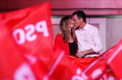Spain's Prime Minister Pedro Sanchez of the Socialist Workers' Party (PSOE) kisses his wife Begona Gomez while celebrating the result in Spain's general election in Madrid, Spain, April 29, 2019. REUTERS/Sergio Perez     TPX IMAGES OF THE DAY