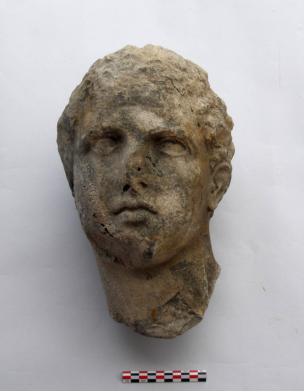 Σαλαμίς, Όρμος Αμπελακίου. Κεφαλή μαρμάρινου αγάλματος νέου (αθλητή ή θεού) του τέλους της Κλασικής περιόδου, πριν από την συντήρηση