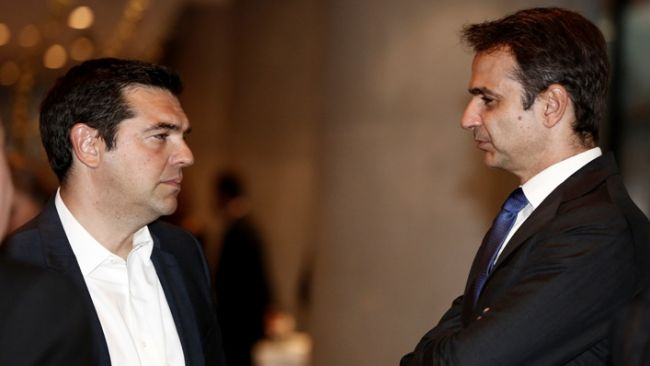 Ο Πρωθυπουργός Αλέξης Τσίπρας (Α) συνομιλεί με τον αρχηγό της Νέας Δημοκρατίας Κυριάκο Μητσοτάκη (Δ) κατά τη διάρκεια του  δείπνου που παραθέτει ο πρόεδρος της Δημοκρατίας Προκόπης Παυλόπουλος προς τιμήν του Γενικού Γραμματέα του Οργανισμού Ηνωμένων Εθνών Μπαν Κι-Μουν, στο Μουσείο της Ακρόπολης, Αθήνα Παρασκευή 17 Ιουνίου 2016. ΑΠΕ-ΜΠΕ/ΑΠΕ-ΜΠΕ/ΓΙΑΝΝΗΣ ΚΟΛΕΣΙΔΗΣ