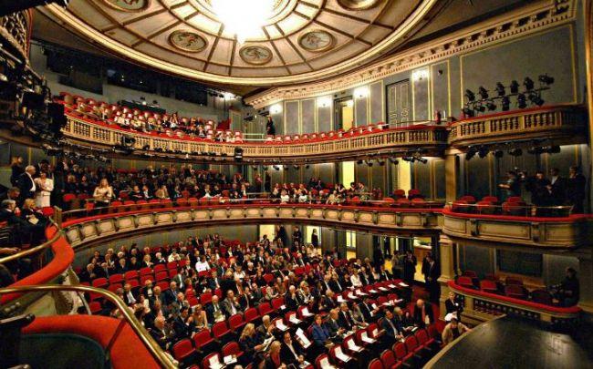 """Αποψη από την πρεμιέρα του θεατρικού έργου """"Πουθενά"""" του Δημήτρη Παπαϊωάννου στο ανακαινισμένο Εθνικό Θέατρο, Παρασκευή, 23 Οκτωβρίου 2009."""
