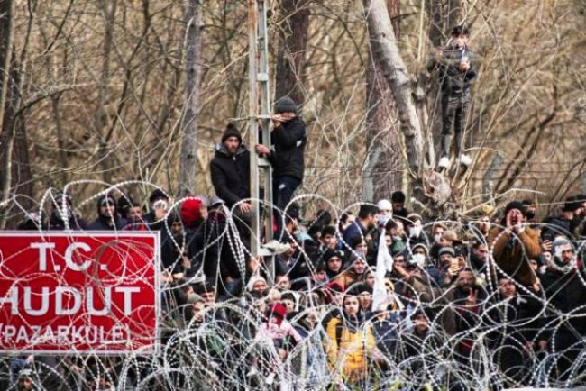 Refugees and migrants are gathered at the buffer zone in Kastanies, Evros, at the Greek-Turkish borders and Evros River, on Mar. 2, 2020. The turkish government decided to give free passage to the refugees and migrants in order to reach Europe through Greece. / Πρόσφυγες και μετανάστες βρίσκονται συγκεντρωμένοι στην γκρίζα ζώνη στις Καστανιές Έβρου, στη συνοριογραμμή Ελλάδας-Τουρκίας, μετά την απόφαση της Τουρκικής Κυβέρνησης να μην σταματάει τις προσφυγικές ροές απο το να περάσουν στην Ευρώπη, Ελλάδα, 2 Μαρτίου 2020.